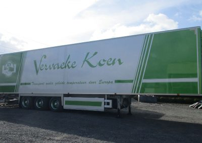 Afgewerkte beschildering vrachtwagen oplegger